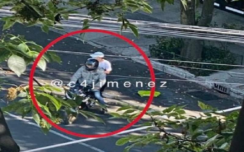 Los dos pistoleros en motocicleta