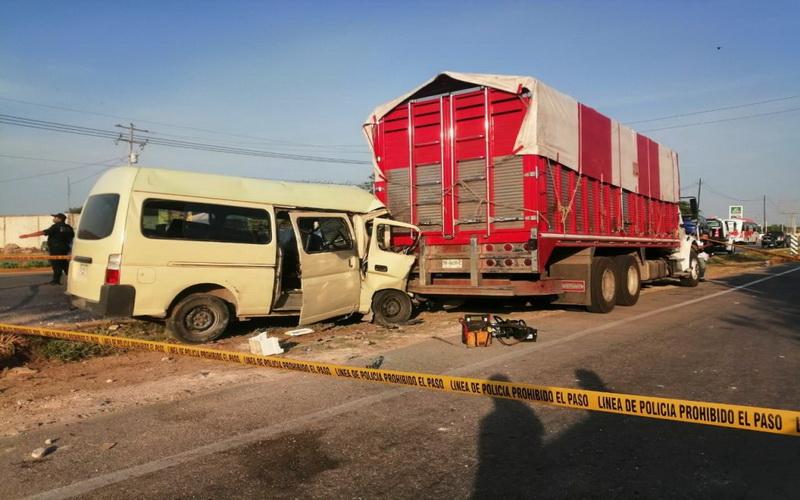 Colectivo se estampa en un torton: un muerto en la Mérida-Cancún