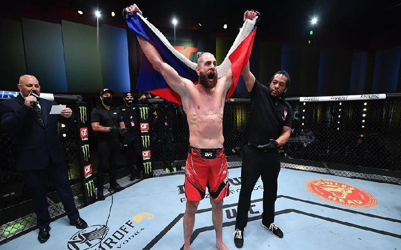 VIDEO: BRUTAL KNOCK OUT EN LA UFC, LA TÉCNICA DEL CODO GIRATORIO QUE LLEVÓ A UN LUCHADOR A LA VICTORIA
