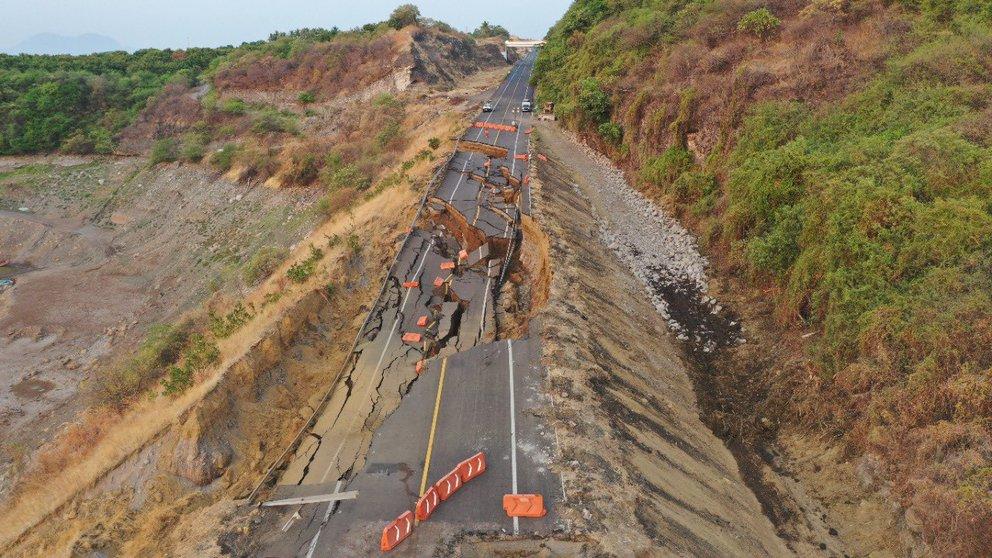 Colapsa autopista en Michoacán