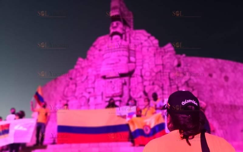 COLOMBIANOS SE MANIFIESTAN EN EL MONUMENTO A LA BANDERA