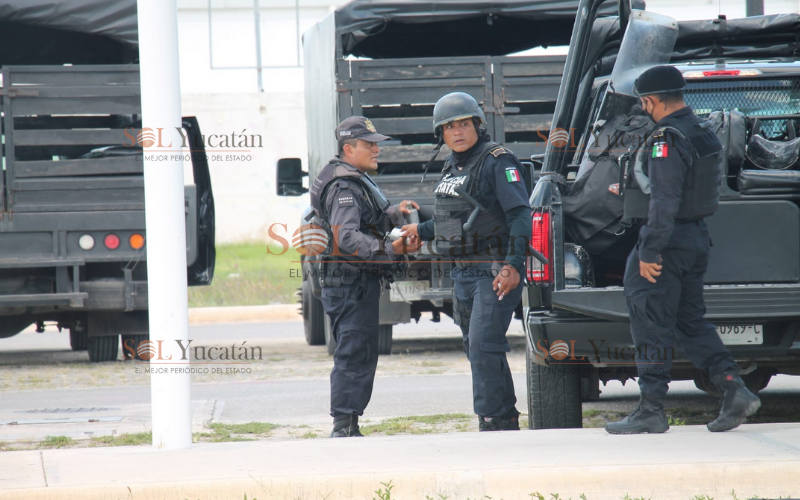 POLICÍAS LISTOS CON GRANADAS PARA ENFRENTAR A MANIFESTANTES EN PROGRESO