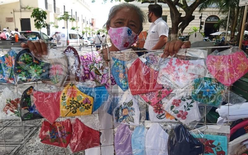 Artesana sobrelleva la pandemia vendiendo cubrebocas bordados