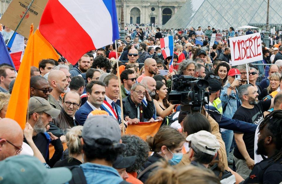 MILES DE FRANCESES PROTESTAN CONTRA VACUNACIÓN OBLIGATORIA Y PASES COVID-19