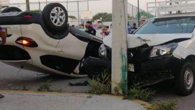 PROGRESO: IMPACTO ENTRE DOS AUTOS TERMINA EN VOLCADURA